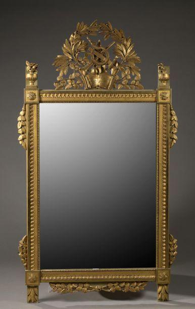Important miroir en bois sculpté et doré,...