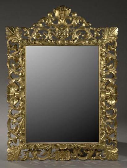Important miroir en bois doré, le cadre  richement...