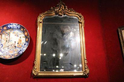 Miroir en bois et stuc doré à motif de coquille,...