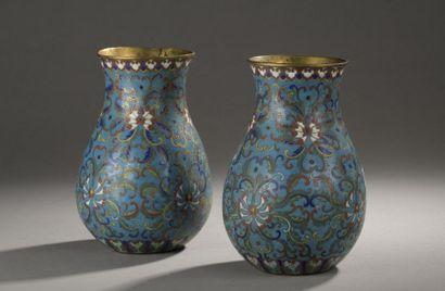 CHINE - XIXe siècle  Paire de vases en bronze...