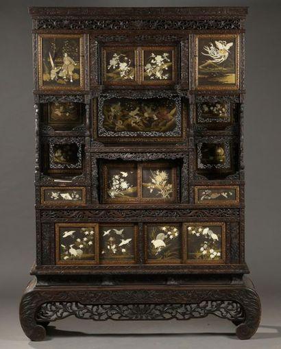 Important cabinet en bois teinté et richement...