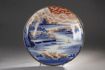 JAPON, Imari - Époque MEIJI (1868-1912)  Plat...