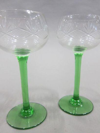 12 verres à vin du Rhin en verre taillé