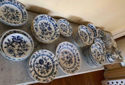 Important service de table en porcelaine...