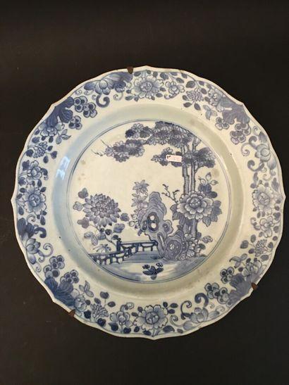 CHINE. Plat à décor de jardin en porcelaine...
