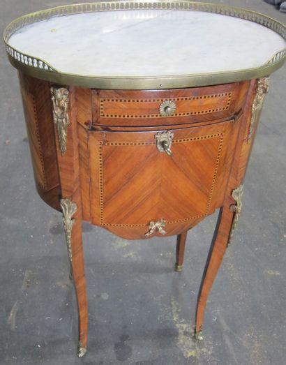 -Table de chevet ovale en bois de placage...