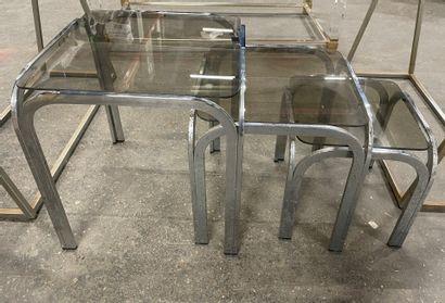 Trois tables gigognes à piètement métal...