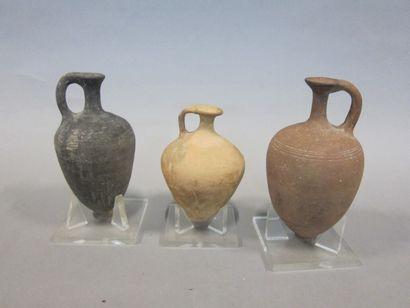 Trois poteries dont deux vases ovoides à...