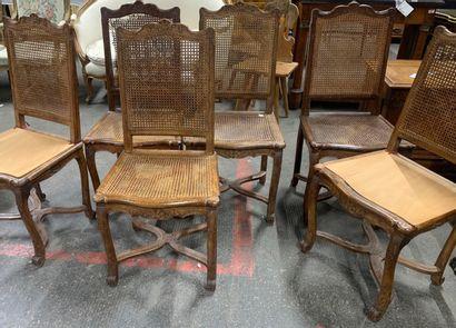 Suite de six chaises en hêtre cannelé sculpté...