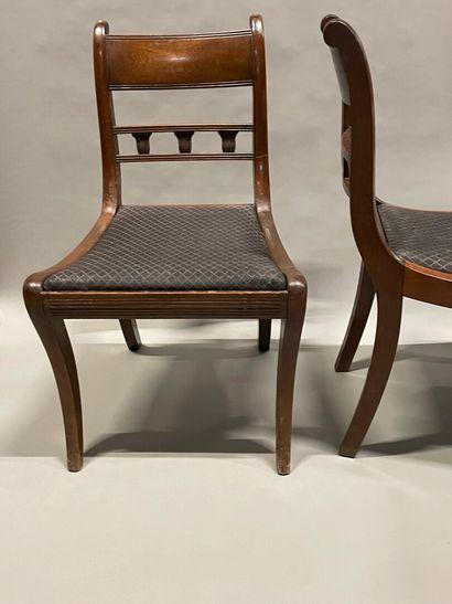 Série de cinq chaises en acajou, dossier...
