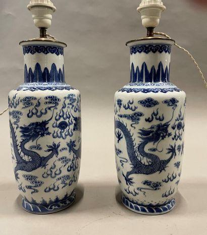 Paire de vases rouleau en porcelaine à décor...