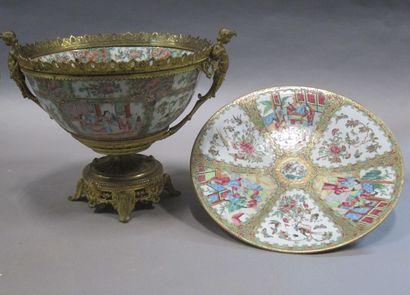 Grande coupe en porcelaine de Canton à décor...
