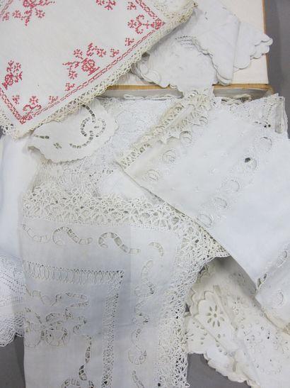 Lot de nappes et serviettes brodées, napperons et divers