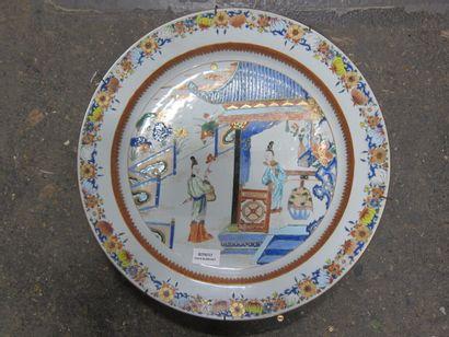 Plat en porcelaine à décor d'une scène de...