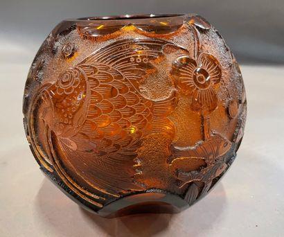 Vase boule en verre orangé à décor gravé...