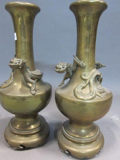 Paire de vases en bronze, le col enroulé...