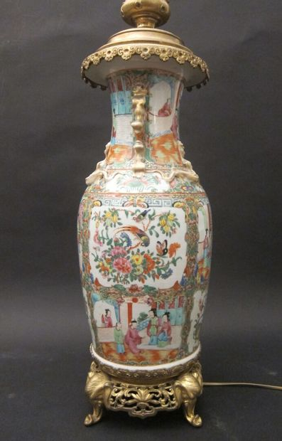 Chine, grand vase en porcelaine à décor polychrome...