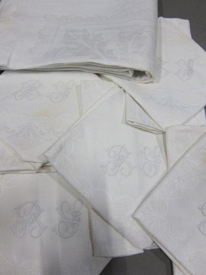 Lot de nappes et serviettes brodées, napperons...