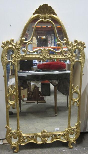 Miroir à pare-closes en bois doré et sculpté...