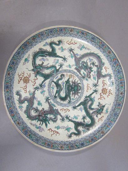 Paire de plats en porcelaine à décor polychrome...
