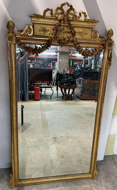 Miroir en bois et stuc doré, à riche décor...