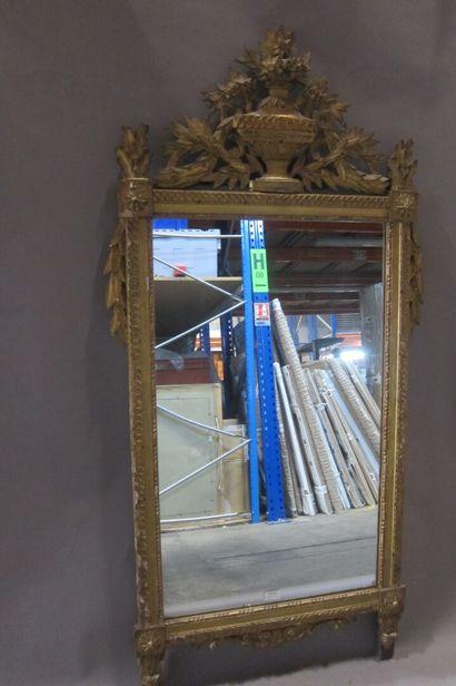 Miroir en bois doré et sculpté, le fronton...