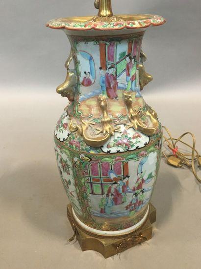 Vase balustre à porcelaine à décor polychrome...