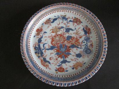 Plat Imari à bord festonné en porcelaine...