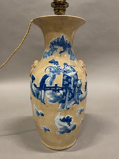 Chine, lampe en céramique craquelée à décor...