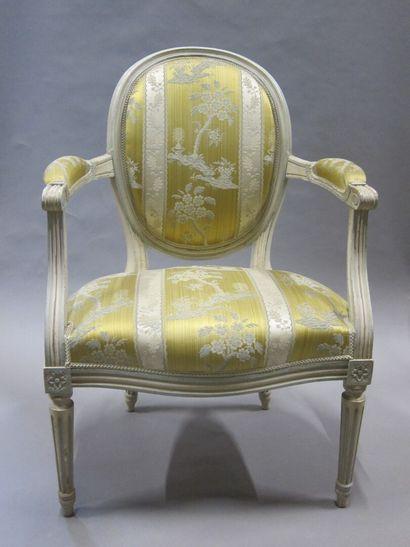 Paire de fauteuils en bois mouluré laqué...