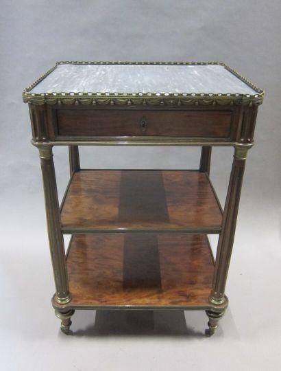 Table d'appoint de forme carrée en acajou...