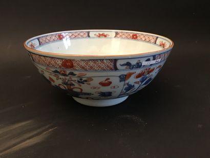 CHINE. Grand bol en porcelaine à décor Imari...