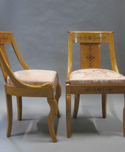 Paire de chaises en placage d'érable, marqueté...
