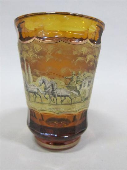 Vase tronconique en verre orangé taillé à...