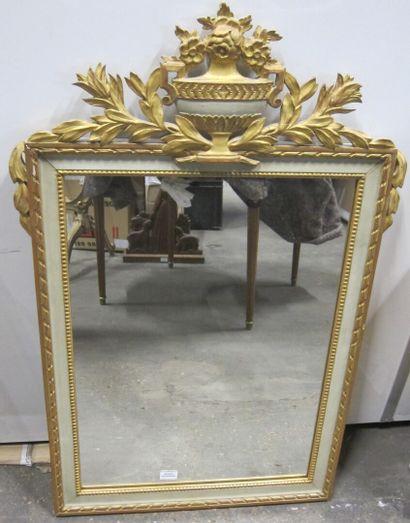 Miroir en bois doré et laqué gris, le fronton...