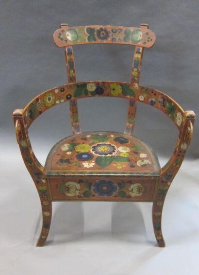 Chaise peinte de fleurs sur fond rouge,  Travail...