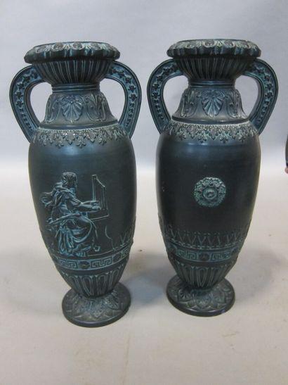 Paire de vases en porcelaine, à patine noire...