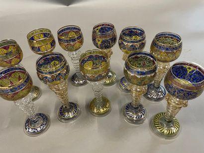Onze verres à vin du Rhin en verre émaillé...