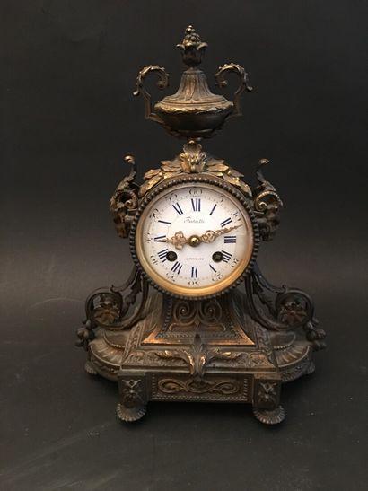 Pendule borne en bronze, mouvement signé...