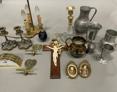 Caisse de bibelots divers : étains, lampe,...