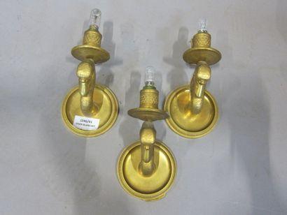 Trois appliques en bronze doré, à un bougeoir...