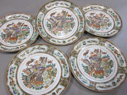 Cinq assiettes à décor de vases,  Chine,...