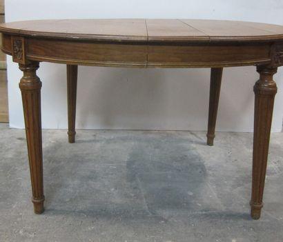 Table de salle à manger ovale en chêne mouluré...