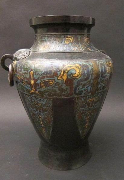 Vase en bronze patiné et émail cloisonné...