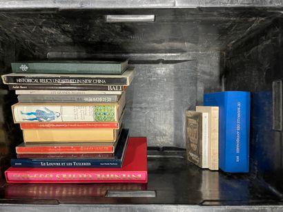 2 mannettes et une caisse de livres