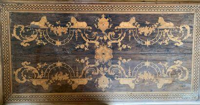 Table en bois de placage, richement marqueté...