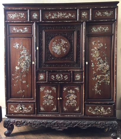 Cabinet en bois exotique à riche décor de...