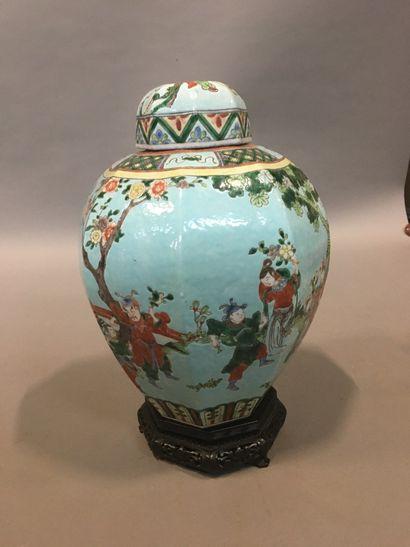Vase couvert de forme balustre à pans, en...