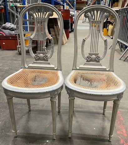Paire de chaises en bois laqué bleu à dossier...
