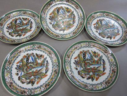 Cinq assiettes en porcelaine de Canton à...